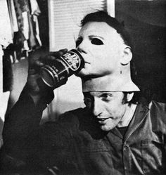 Nick Castle as Michael Myers - 40 Awesome Behind The Scenes Photos From Horror Movies.... Alien taking a break is best one hahah
