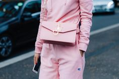 Street style à la Fashion Week automne-hiver 2017-2018 de Londres : total look rose