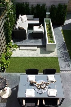 Smalle tuin modern ingericht met mooie natuursteen en kunstgras. André Meilink