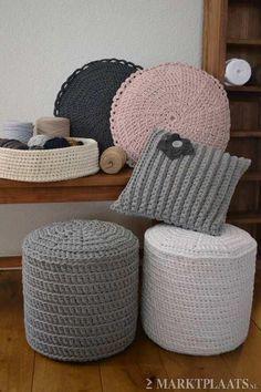 Crochet Home ideas - picture only Crochet Pouf, Knitted Pouf, Crochet Cushions, Crochet Pillow, Crochet Crafts, Crochet Yarn, Crochet Projects, Pinterest Crochet, Stool Covers