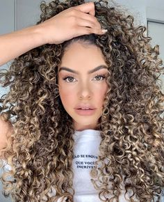 Dyed Curly Hair, Brown Curly Hair, Colored Curly Hair, Curly Hair Care, Curly Hair Styles, Big Curly Hair, Curly Hair Colours, Blonde Highlights Curly Hair, Hair Videos