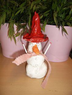 Sneeuwpop van klei. Geverfd met glansverf...