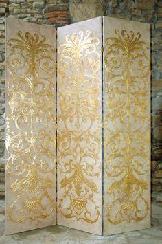Paravento in legno con decorazione in rilievo dorato a foglia d'oro. www.montigianluigi.it Folding Screens, Privacy Screens, Antique Furniture, Painted Furniture, Painted Screens, Decorated Doors, Dressing Screen, Signwriting, Decorative Screens