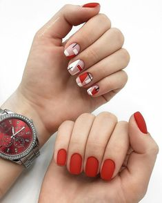 The advantage of the gel is that it allows you to enjoy your French manicure for a long time. There are four different ways to make a French manicure on gel nails. Red Gel Nails, Red Manicure, Manicure E Pedicure, Minimalist Nails, Gel Nail Art Designs, Nagel Gel, Artificial Nails, Perfect Nails, French Nails