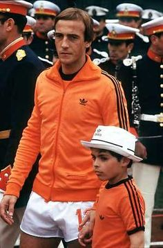 Johan Neeskens just before the World Cup final of 1978 in a great adidas Originals jacket OUTROS TEMPOS
