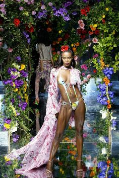 From her first runway show in the Naomi Campbell has held her reign as queen of the catwalk. Look back at her 53 most memorable runway photos over the years: Dolce & Gabbana, Catwalk Models, 90s Models, Lauren Hutton, Christy Turlington, Sarah Jessica Parker, Linda Evangelista, Naomi Campbell 90s, Original Supermodels