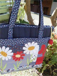 Bolsa em loninha de algodão com bolso externo em patch, estruturada, resistente,forrada com tecidos de algodão.  Medidas: 43 cm de largura, 35 cm de altura e 10 cm de base.