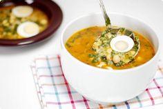 El potaje de vigilia es uno de los platos típicos del viernes de cuaresma en Semana Santa. Los ingredientes principales son los garbanzos, verduras y el pescado Plate, Cheeseburger Chowder, Thai Red Curry, Soup, Cooking, Healthy, Ethnic Recipes, Master Chef, Drink