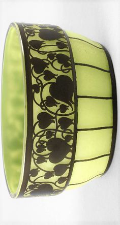 """Loetz Wwe. Schale Hans Bolek  Entwurf um 1915/1917, farbloses Glas, plangeschliffener Stand mit """"maigrünem"""" Opal unterfangen, außen dünn mit dunkelviolettem, schwarz scheinendem Glas überfangen, in zwei Arbeitsgängen geätzt, ovale Form, umlaufend ein Band aus stilisierten verschlungenen Blattranken sowie vertikalem Streifendekor, seltenes Stück in gutem altersgemäßen Zustand, mit geringen Gebrauchsspuren, L 18 cm. Bohemia Glass, Form, Planer, Cuff Bracelets, Jewelry, Mockup, Darkness, Black, Jewlery"""