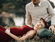 Romantic red motherhood photos in Portland # maternity photos - Fotoideen - Pregnancy Photos Winter Maternity Photos, Outdoor Maternity Photos, Maternity Photography Outdoors, Couple Photography Poses, Maternity Portraits, Maternity Session, Couple Maternity Photos, Winter Pregnancy Photos, Romantic Maternity Photos