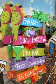 aloha party How to throw a Tropical Party with these 19 DIY ideas. Have an awesome summer celebrating birthday or just the warm summer weather with bright and colorful tropical party ideas Aloha Party, Luau Theme Party, Party Fiesta, Hawaiian Luau Party, Hawaiian Birthday, Hawaiian Theme, Tiki Party, Festa Party, Party Fun