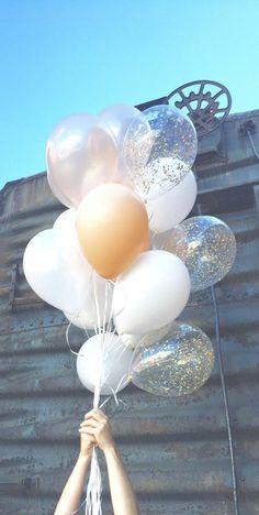 Un bouquet de ballons multicolores.