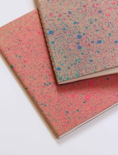 Paint Splattered Notebooks: splatter technique - in a spray bottle, mix acrylic paint with equal parts water and rubbing alcohol. The more paint you add, the more vibrant your spray color will be. Acrylic Spray Paint, Paint Splatter, Cool Notebooks, Diy Notebook, Origami, Bookbinding, Diy Projects To Try, Easy Crafts, Print Patterns