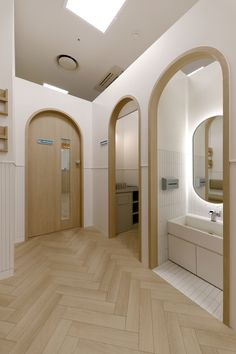Washing hands at entrance Pharmacy Design, Restroom Design, Medical Design, Kindergarten Interior, Kindergarten Design, Wc Public, Cafe Interior, Interior Design, Office Waiting Rooms