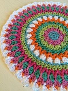Feel-good crochet - crochet mandala Your living space flooring can be important. Crochet Rug Patterns, Crochet Mandala Pattern, Crochet Designs, Afghan Patterns, Crochet Round, Crochet Home, Diy Crochet, Crochet Mandela, Crochet Squares Afghan