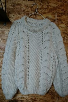 Trøjen alle piger ønsker sig - i en nem og ukompliceret udgave.Opskriften er lavet så trøjen strikkes ud i et, uden mystiske indtagninger og sammensyninger. Opskriften er for let øvede og indeholder begge størrelser.