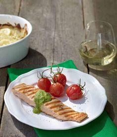 Salmone alla griglia con salsa verde - Il pesce è uno degli ingredienti più comuni della cucina scandinava. Grigliarlo e servirlo con una salsa è semplice e d'effetto. - Ingredienti: 4 filetti di salmone LAX FILÉ (surgelati) - 1 confezione di gratin di patate GRATÄNG POTATIS (surgelato) - 400 g di pomodorini (a grappolo) - 1 limone - 1 spicchio d'aglio piccolo - 1 scalogno piccolo - 15 g di prezzemolo - 15 g di basilico - 4 filetti di papaline SKARPSILL - 2 cucchiai di capperi