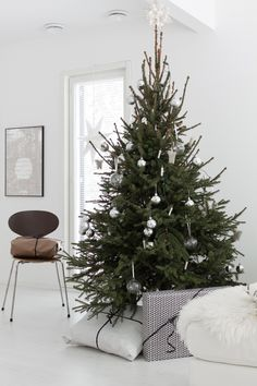 Get into the holiday spirit with these beautiful Scandinavian Christmas inspiration ideas. Christmas Mood, Noel Christmas, Modern Christmas, Scandinavian Christmas, Christmas Design, Simple Christmas, All Things Christmas, Christmas Crafts, Minimalist Christmas Tree