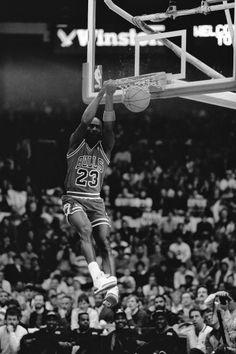 Fotografia de notícias : Michael Jordan of the Chicago Bulls attempts a. Arte Michael Jordan, Michael Jordan Images, Mike Jordan, Michael Jordan Basketball, Basketball History, Sports Basketball, Basketball Players, Basketball Motivation, Chicago Bulls