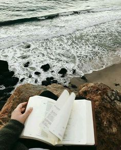 Reading by the sea // bookstagram aesthetics hipsters Hipsters, Tumblr Photography, Photography Ideas, Photography Aesthetic, Marine Photography, Hipster Photography, Photography Sketchbook, Minimal Photography, Sea Photography