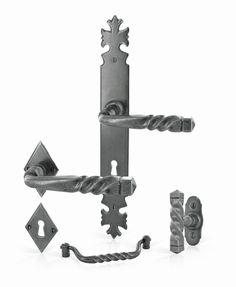Collection Armorique de la marque Brionne. Ensemble de poignées rustiques en fer forgé shérardisé patiné pour la porte, la fenêtre et le meuble.