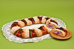 Rosca de Reyes Mexican Food Recipes, Sausage, Cookies, Meat, Desserts, Deserts, Bagels, Figs, Mexicans