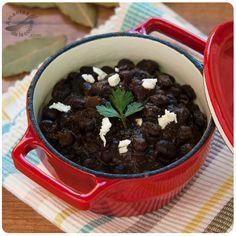 Caraotas negras (frijoles o alubias negras). http://amantesdelacocina.com/cocina/2011/03/caraotas-negras-frijoles-o-alubias-negras/