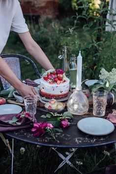 Elderflower Strawberry Ice Cream Cake & new Furniture from Fil de Fer - Our Food Stories Rustic Food Photography, Cake Photography, Comida Picnic, Cherry Cake Recipe, Strawberry Ice Cream Cake, Summer Ice Cream, Chewy Brownies, Spring Cake, Magic Recipe