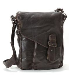 Raf by Aunts & Uncles, is a medium N/S Messenger Bag / Medium Postbag. The noble natural leather of the Smart Chaps family members is purely vegetable tanned, washed and shrunken, so pure that you can even smell it.