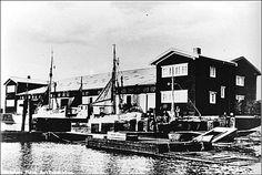 Det var i den gamle fiskeriauktionshal, Lars Nielsen i 1930 begyndte at male billederne til sin store frise direkte på væggene.