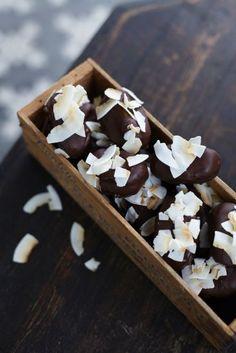 Dessa ljuvligt goda Bountys är gjorda helt utan tillsatt socker. Njut av enbart naturens sötsaker i detta godis. De är alltid superpopulära både till fika...