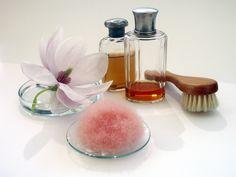 Bei der täglichen Dusche dieses Peeling an den Cellulitestellen kräftig einreiben. Danach eine gute Feuchtigkeitscreme oder eine Cellulitecreme auftragen. Cellulite, Glycerin, Peeling, Perfume Bottles, Beauty, Perfume Bottle