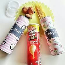 kendin yap pringles cips kutusu değerlendir :pringles cips kutularının dışını kendi çizimlerinizle stickerlerle çıktılarla süslerle kaplayıp değerlendirebilirsiniz spagetti kalem vb. şeyleri koyabilirsiniz :)