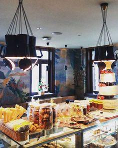 Pultunk tetején is rengeteg finomság sorakozik...lekvárok kekszek puszedlik marcipánok mézeskalácsok! #lilipopcaffe #coffeebar #friday #morning #decor #lights #healthy #sweets #gingerbread #puszedli #paleo #vegan #cakes - Architecture and Home Decor - Bedroom - Bathroom - Kitchen And Living Room Interior Design Decorating Ideas - #architecture #design #interiordesign #diy #homedesign #architect #architectural #homedecor #realestate #contemporaryart #inspiration #creative #decor #decoration