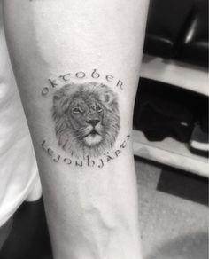 "Drake Honors Brand, Favorite Month with ""Oktober"" Lion Tattoo- PopStarTats Drake Tattoos, Tatoos, Small Lion Tattoo, Drake Graham, Kids Diet, Tattoos Gallery, Custom Tattoo, S Tattoo, Tattoos With Meaning"