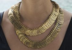 black and gold . Jewelry Box, Jewelry Accessories, Fashion Accessories, Fashion Jewelry, Diy Fashion, Gold Coin Necklace, Tribal Necklace, Gold Necklaces, Disc Necklace