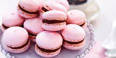 Hindbær og chokolade i en dejlig blanding. Macarons er små makronkager som er lagt sammen med fyld i midten.