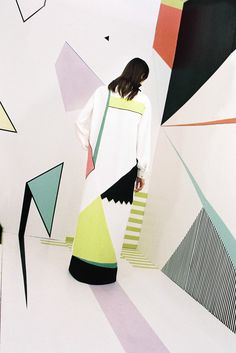 See all the Collection photos from Edeline Lee Spring/Summer 2016 Ready-To-Wear now on British Vogue Moda Fashion, Trendy Fashion, Runway Fashion, Fashion Trends, Fashion Design, Bauhaus, Colour Blocking Fashion, Color Blocking, Fashion Show Poster