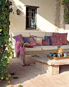 An Italian patio with a luscious couch and colorful pillows. 4BildCasa: Le mille e una notte