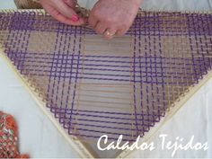 chales tejidos en telares triangulares - Buscar con Google Loom Knitting, Weaving, Google, Ideas, Diy And Crafts, Crafts, Model, Types Of Tissue, Tapestry