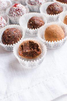 Taateleista syntyy parissa minuutissa ihania tryffeleitä, jotka keplaavat lahjoiksikin. Taatelitryffelit maustetaan suklaalla ja puolukoilla.
