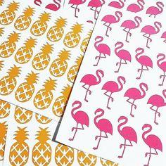 Kits de Adesivos para encher as paredes de alegria.  (cadê emoticon de flamingo?)  Link da loja aqui no nosso perfil.    #flamingo #abacaxi #decoracao #designdeinteriores #adesivosdeparede
