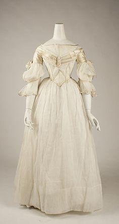 Robe du soir (coton et soie) vers 1840 (USA). Donnée par une fondation de divers donateurs en 1982.