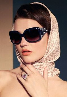 Theres no denying the fact that the ushered in some major hair and makeup trends. Fast forward to 2019 and a lot of them are back. Stylish Sunglasses, Sunglasses Women, Bandana, Bcbg, Head Scarf Styles, Outfits Mujer, How To Wear Scarves, Mode Hijab, Headband Hairstyles