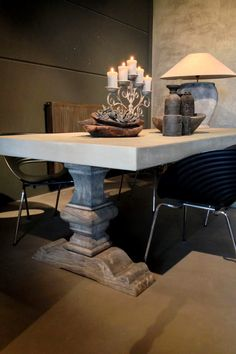 De MOLITLI-tafel! Stoere kloosterpoten en een betonlook blad.