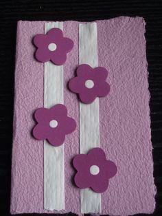Handgeschept papier, papieren lint en houten bloemetjes