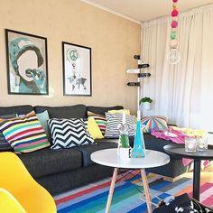 Sala lindíssima colorida e alegre! 😍😍 Por: husnummertjugo www.eutambemdecoro.com.br #ideia #dica #decor #decoro #decora #decoracao #sala #design #designdeinteriores #cores #colorido #lindeza #inspiration #inspiração #bomdia