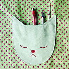 Sewing For Kids Clothes Free pattern: Sleepy Cat Pocket – Sewing - As a Crazy Cat Lady, I go a little nuts whenever I see anything cat-related. And cat-related sewing? That makes my heart skip a beat. Like this sleepy cat pocket by Meream from Bored Sewing Basics, Sewing Hacks, Sewing Tutorials, Sewing Crafts, Sewing Projects, Sewing Kids Clothes, Sewing For Kids, Love Sewing, Baby Sewing