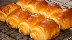 Chifle japoneze – pufoase ca un nor și nemaipomenit de gustoase! - savuros.info Albondigas, Ciabatta, Relleno, Japanese Food, Baguette, Hot Dog Buns, Bread Recipes, Rolls, Food And Drink