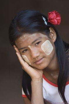 Portrait of a young Burmese woman, Bagan (Pagan), Myanmar (Burma) | © Gabrielle Therin-Weise